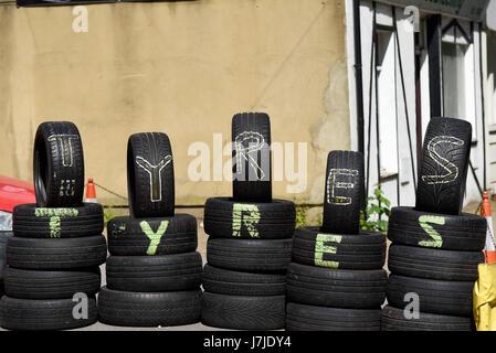 Reifen (Reifen) außerhalb einer Seitenstraße Garage gestapelt einige stehen. Platz für Kopie - Stockfoto