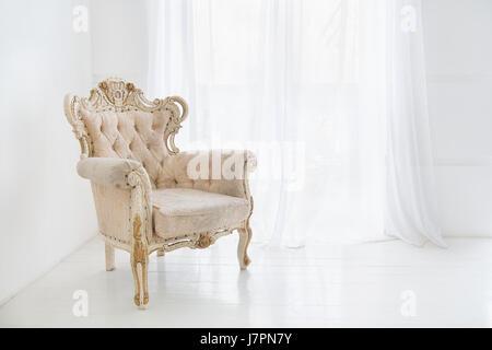 Vintage Antik Sessel gegen große Fenster - Stockfoto