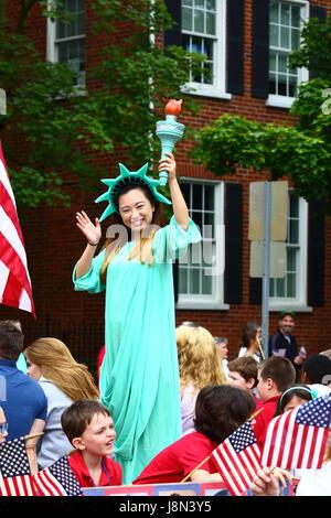 Westminster, Maryland, USA. 29. Mai 2017. Eine asiatisch-amerikanische Mädchen gekleidet wie die Statue of Liberty - Stockfoto
