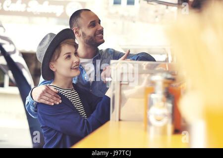 Kunden außerhalb essen LKW auf der Straße - Stockfoto