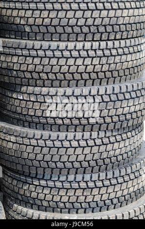 Neue LKW-Reifen stapeln - Stockfoto