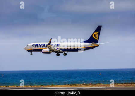 ARECIFE, Spanien - 15. April 2017: Boeing 737-800 der RYANAIR mit der Registrierung EI-ENP-Landung am Flughafen - Stockfoto