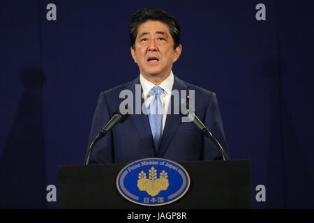 Der japanische Premierminister Shinzo Abe spricht auf einer Pressekonferenz nach einem Treffen mit Präsident Vladimir - Stockfoto