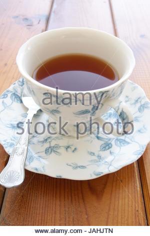 Englische Tee ohne Milch in ein feines Porzellan Tasse mit Untertasse - Stockfoto