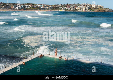 Bondi Icebergs und Bondi Beach in die östlichen Vororte, Bondi, Sydney, New South Wales, Australien. - Stockfoto