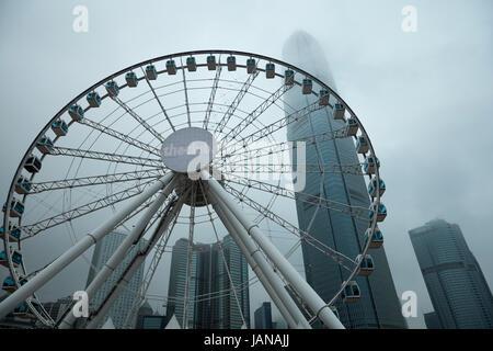 Hong Kong Riesenrad und Wolkenkratzer in Cloud, Central, Hong Kong Island, Hongkong, China - Stockfoto