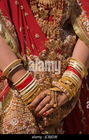 Eine indische Braut mit Schmuck Armreifen geschmückt und mit Henna bemalt. - Stockfoto
