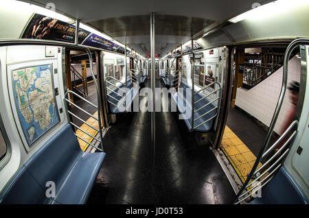 New York City, New York, USA. 5. August 2016. Ein Blick aus dem Inneren der NYC MTA 7 Zug am Main St stehen. Die - Stockfoto