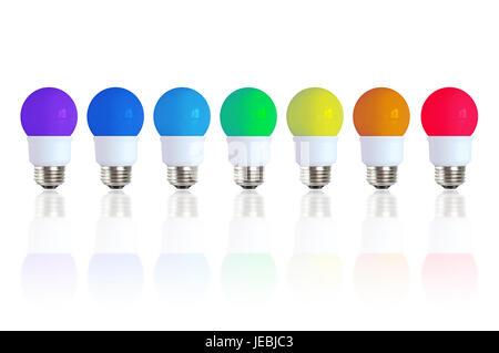 Farben des Regenbogens durch sieben farbige Glühbirnen hintereinander auf einer reflektierenden Oberfläche dargestellt. - Stockfoto