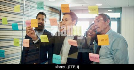 Gruppe von Geschäftsleuten, brainstorming, Glas Haftnotiz aufsetzen - Stockfoto