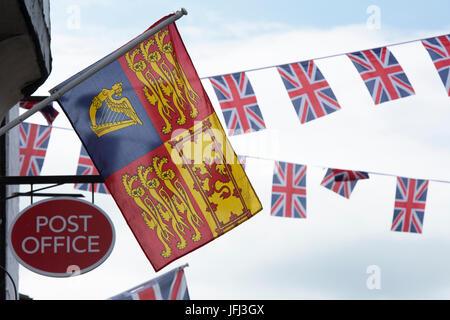 Die Royal Standard, Union Jack Bunting und Post unterzeichnen in Upton-auf-Severn, Worcestershire, England - Stockfoto