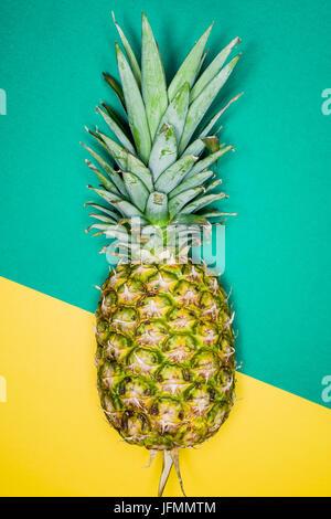 Ananas in eine brasilianische Fahnen Hintergrund - Stockfoto