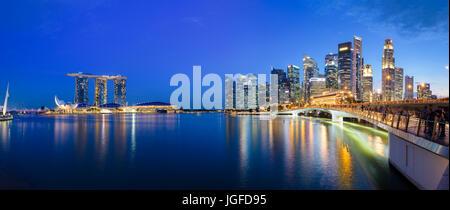 Panorama-Foto von Singapur Skyline bei Nacht. Central Business District, Fullerton Park - Stockfoto
