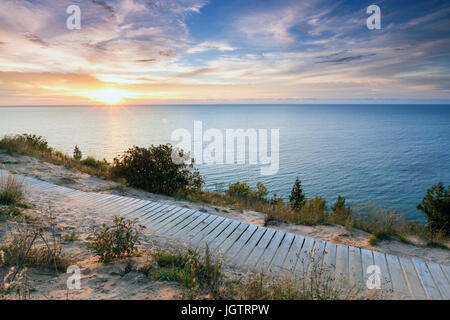 Sonnenuntergang über dem Lake Michigan glänzt Boardwalk Empire Bluff unterwegs in der Nähe von Empire Michigan. - Stockfoto