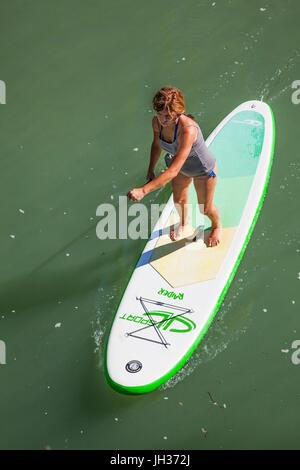 Frau Stand-up Paddle boarding auf einem Fluss von oben genommen - Stockfoto