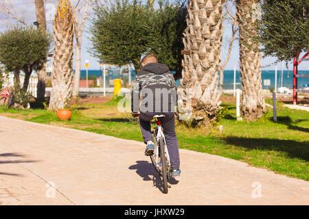 Mann, Fahrrad fahren und Spaß im Freien. Sommer Urlaub Abenteuer Reisenden. - Stockfoto