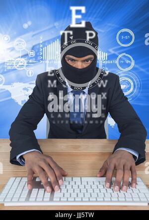 Geschäftsmann mit Kapuze auf Tastatur vor blauem Hintergrund mit digitalen Briefe schreiben - Stockfoto