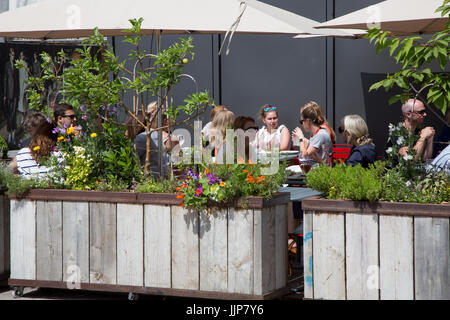 Getreidespeicher, ein Restaurant im Speicher Platz Kings Cross. American Diner Essen unter freiem Himmel im Garten - Stockfoto