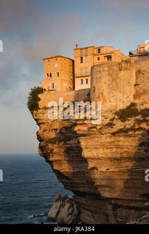 Frankreich, Korsika, Departement Corse-du-Sud, Korsika South Coast Region, Bonifacio, Cliffside Häuser, dawn - Stockfoto