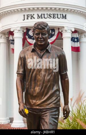 USA, Massachusetts, Cape Cod, Hyannis, JFK Museum, Museum und Statue des ehemaligen Präsidenten John F. Kennedy - Stockfoto