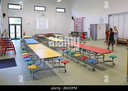 Innere der Haupthalle in einem neu gebauten London Primary School. Zeigt Klapptische für Schulessen ausgebreitet. - Stockfoto