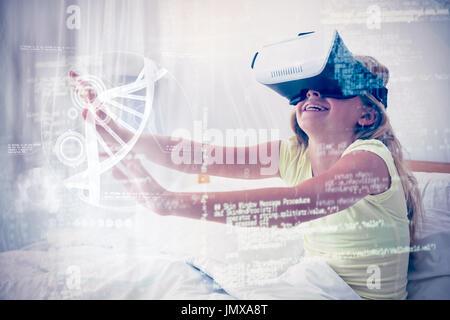 Abbildung der DNA gegen Mädchen mit virtual-Reality-Simulator auf Bett - Stockfoto