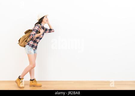 glücklich weibliche Touristen stehen auf dem Holzboden, Blick auf leere Exemplar fröhlich auf der Suche Suche nach - Stockfoto