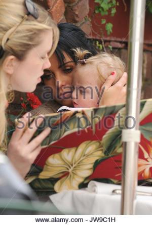 Frau Peter Andre und Katie Price mit ihrer kranken Tochter, Prinzessin Tiaamii, verursachen eine kleine Medien Sturm, - Stockfoto