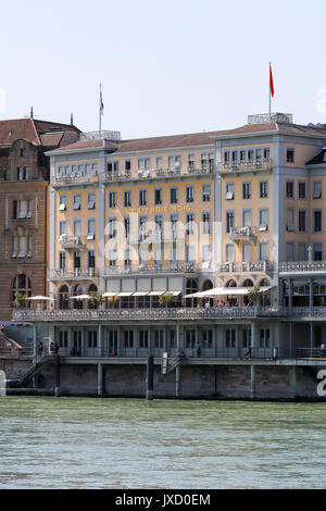 Blick auf Les Trois Rois Hotel in Basel, Schweiz. - Stockfoto