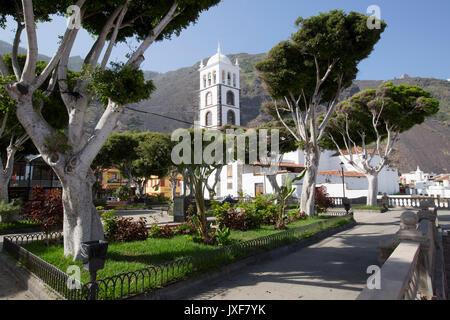 Plaza de la Libertad und die Kirche von Santa Ana im Städtchen Garachico auf Teneriffa, Kanarische Inseln. - Stockfoto