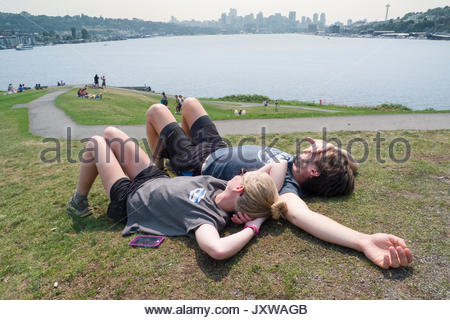 Junger Mann und Frau auf Kite Hill in Gas Park, Seattle, King County, Washington USA liegen - Stockfoto
