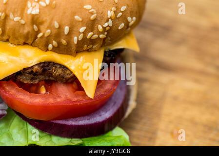 Quartal Pfund Hamburger oder Beefburger in einem Sesam Brot Brötchen mit Salat - Stockfoto