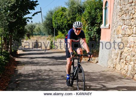 Ihnen gerne touristische Radfahren in den Hügeln von Valpolicella. Wein Region. Verona Sprueche: Italien - Stockfoto
