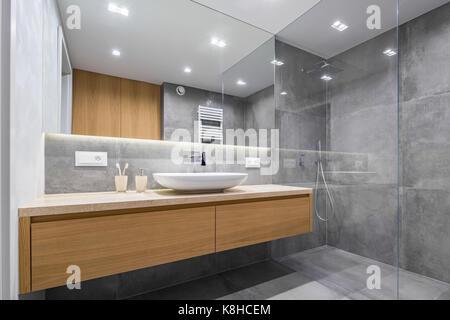 moderne glas duschkabine und waschbecken im italienischen land badezimmer mit rustikalen. Black Bedroom Furniture Sets. Home Design Ideas