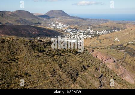 Blick über die Landschaft bis zum Monte Corona Vulkankegel, Dorf Haria, Lanzarote, Kanarische Inseln, Spanien - Stockfoto
