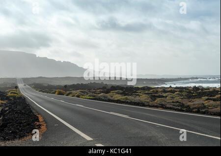 Straße, fahren Sie nach Orzola, Gemeinde Haría, Las Palmas Provinz, Norden von Lanzarote auf den Kanarischen Inseln, - Stockfoto
