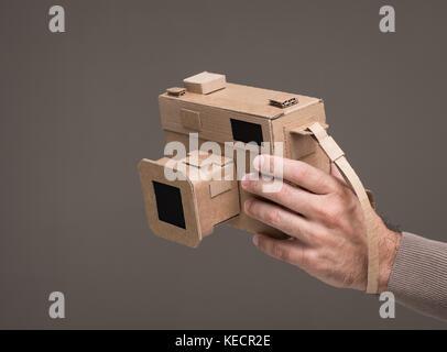 Fotograf mit einem handgefertigten Karton Kamera, Handwerk und Kreativität Konzept - Stockfoto