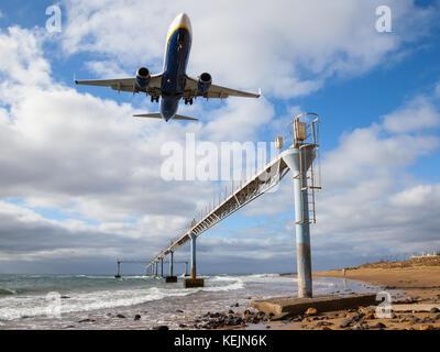 Eine Boeing 737 von Ryanair der Ansätze Lanzarote Arrecife flughafen über den atlantischen Ozean. - Stockfoto