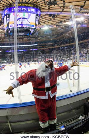 Manhattan, New York, USA. 06 Nov, 2017. Ein super Fan verkleidet als Weihnachtsmann hat eine gute Zeit vor dem Spiel - Stockfoto