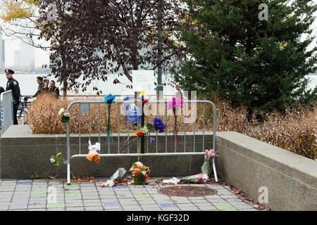 New York, Vereinigte Staaten. 06 Nov, 2017. behelfsmäßige Memorial Tribute für die Opfer des Tribeca Terroranschlag - Stockfoto