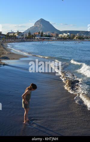 Junge Mädchen spielen am Strand Arenal in Javea/xabia an der Costa Blanca, Alicante, Spanien. - Stockfoto