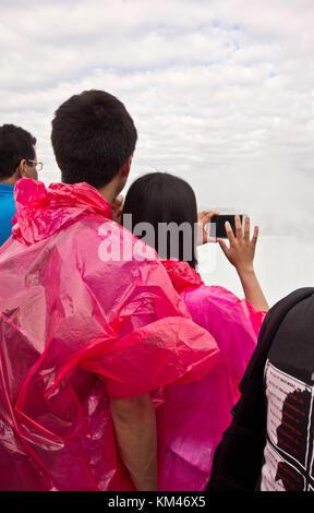 Jungen asiatischen Paar in Niagara Falls Kanada unter Handy Fotos der Horseshoe Falls. Touristen. - Stockfoto