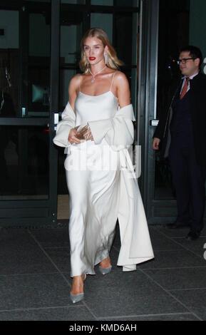 New York, NY, USA. 06 Dez, 2017. rosie huntington - whiteley gehen, um den Abend in New York 06. Dezember 2017. - Stockfoto