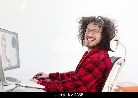 junge grafikdesigner in bademantel mit computer zu hause. Black Bedroom Furniture Sets. Home Design Ideas