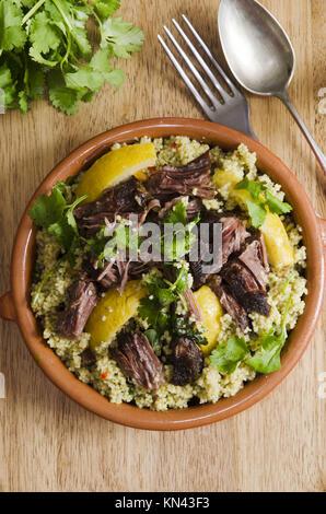 traditionelle marokkanische k che mit couscous hautnah auf wei em hintergrund stockfoto bild. Black Bedroom Furniture Sets. Home Design Ideas
