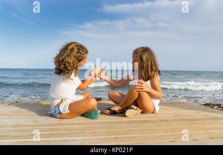 Mädchen spielen am Strand, Alcocebre, Spanien. - Stockfoto