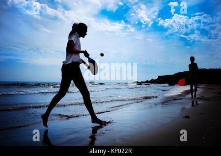 PPalas Mädchen spielen am Strand, Alcocebre. Castellon - Stockfoto