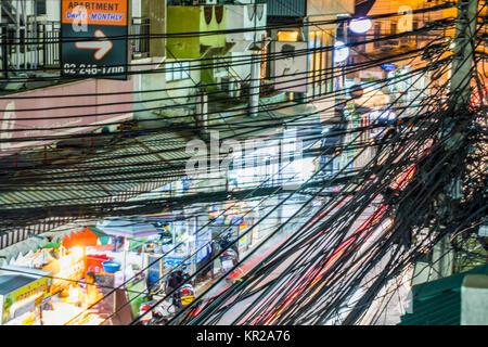 gewirr durcheinander von kabeln auf den stra en von thailands hauptstadt bangkok stockfoto. Black Bedroom Furniture Sets. Home Design Ideas