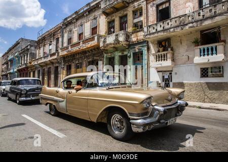 Klassische amerikanische Autos in der Altstadt von Havanna, Kuba - Stockfoto