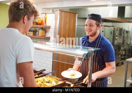Teenage Schüler serviert Essen in der Schulkantine - Stockfoto